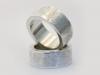 Solida ringar i silver med kontrasterande bårder